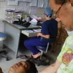 カンボジアで診察中